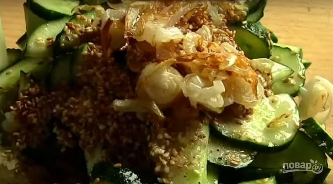 5. Жареный лук добавьте в салат и сбрызните его лимонным соком.