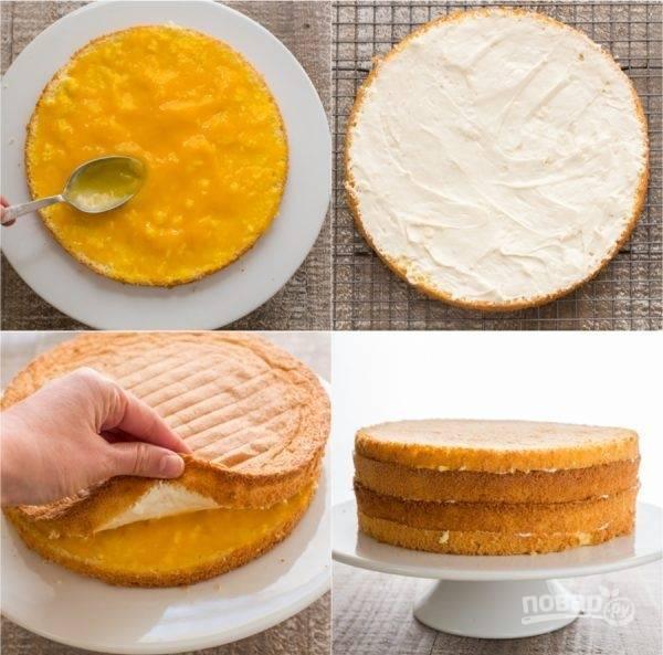 6. С помощью блендера размельчите два манго в пюре, при надобности можете подсластить его сахарной пудрой. Смажьте манговым пюре один корж. Второй корж смажьте сливочным кремом и положите его кремом вниз. Повторите этот процесс со следующими коржами.