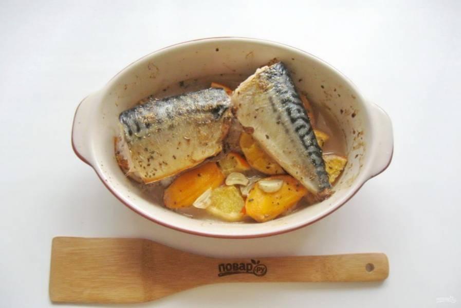 Запекайте рыбу в духовке при температуре 185-190 градусов 40 минут.