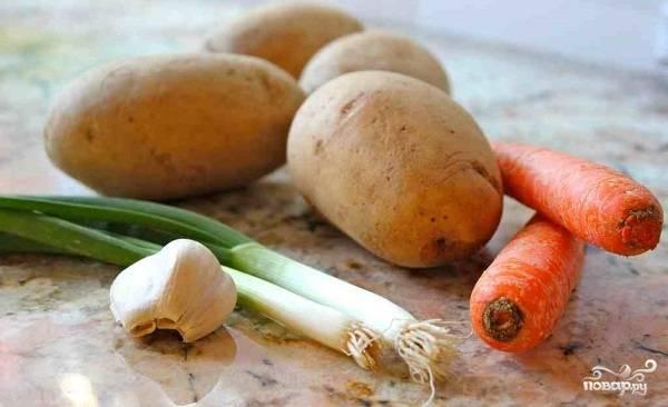1. Вот такой скромный и доступный набор ингредиентов, который войдет в этот простой рецепт жареной картошки с луком и морковкой. При желании вы можете взять также 1 головку репчатого лука.