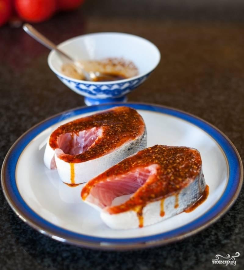 Полейте готовый соус на кусочки сёмги.