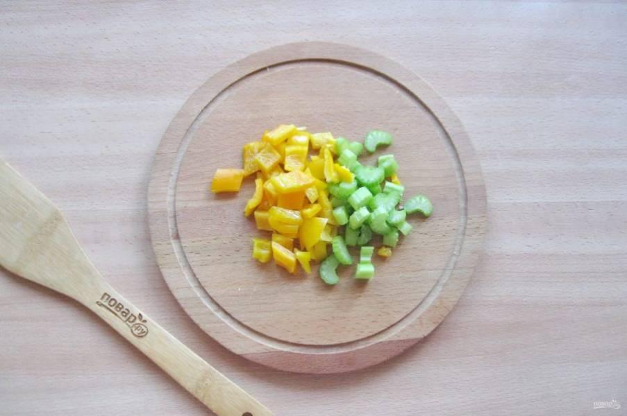 Болгарский перец очистите от семян и помойте. Сельдерей помойте. Нарежьте эти овощи.