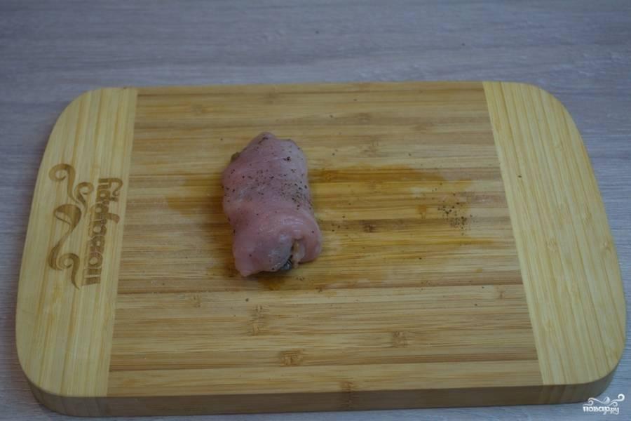 Сверните в рулетик. Куриное мясо податливо. Если зажать такой рулетик в ладошках, то он хорошо сформируется, заключив начинку внутри рулетика.