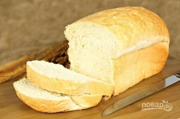 Хлеб порежьте на ломтики одинаковой толщины и смажьте сливочным маслом.