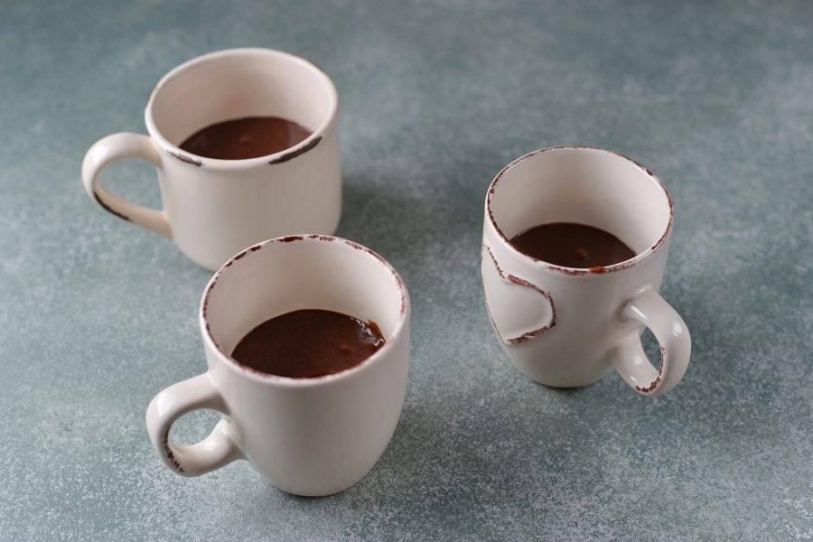 Разлейте тесто на 1/2 в небольшие кофейные керамические чашечки и поставьте в микроволновую печь на 2-2,5 минуты.