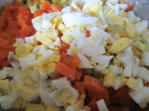 7. Очистить яйца и также кубиками нарезать. При желании этот простой салат с кукурузой в домашних условиях можно дополнить отварной курицей, сыром или болгарским перцем, например.