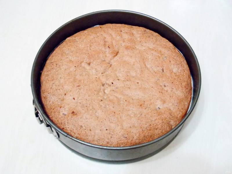 Выложите верхний слой бисквита и прижмите. Уберите в холодильник на один час.