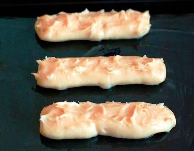 В помощью кондитерского мешка выложите тесто на противень и выпеките в течение 20 минут при 200 градусах.