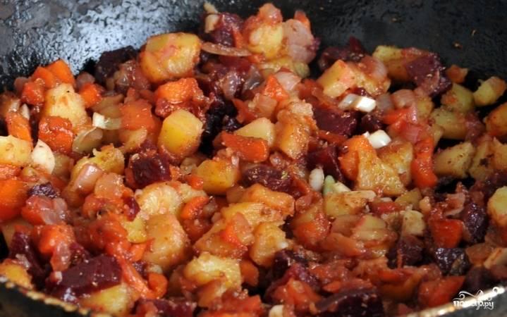 6.После того как лук приобретет золотистый цвет, все измельченные овощи выложите на сковороду и подогрейте.  Добавьте кориандр и соевый соус, готовьте минуту.