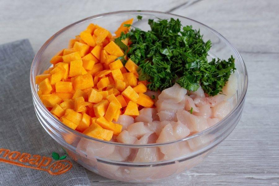 Тыкву очистите, помойте и нарежьте кубиками. Филе курицы тоже помойте, нарежьте небольшими кусоками. Зелень помойте и порубите. Всё перемешайте и посолите по вкусу, начинка для гуль-ханум готова. По желанию можете добавить специи.