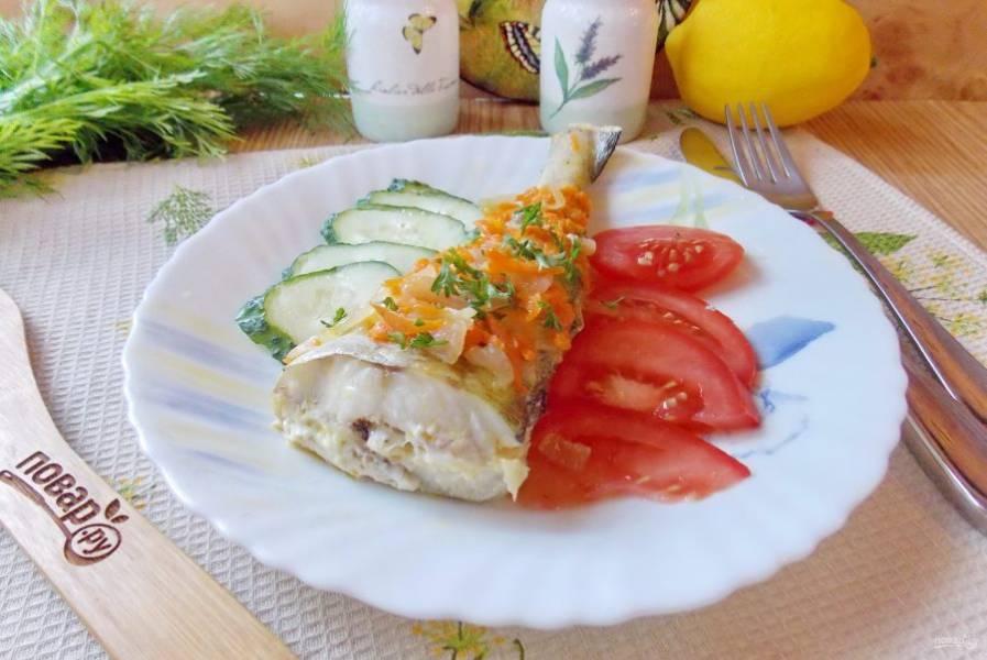 Выложите минтай на тарелку и подавайте к столу со свежими овощами и любым гарниром. Можно полить рыбу лимонным соком.