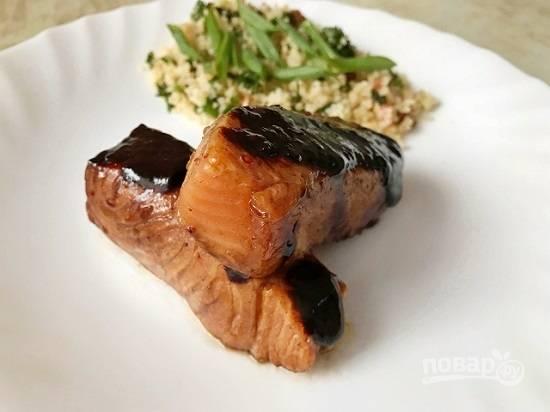7. Выкладываем лосось на тарелку и поливаем сверху полученным соусом. Наш соево-медовый лосось готов! Приятного аппетита!