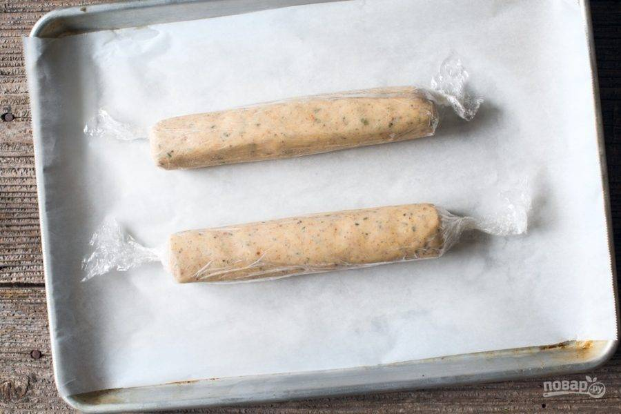2.Соедините все ингредиенты. В пищевую пленку или рукав выложите половину теста и сформируйте из него колбаску. Отправьте в морозилку на 45 минут.