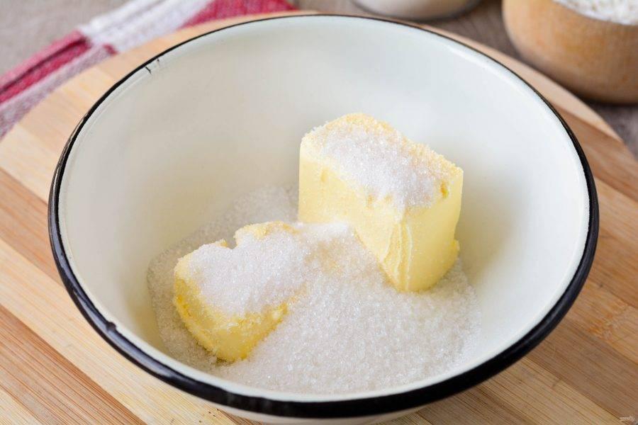 Всыпьте в миску сахар и мягкое сливочное масло комнатной температуры. Если масло у вас не успело растаять, растопите его на самом тихом огне или в микроволновке.