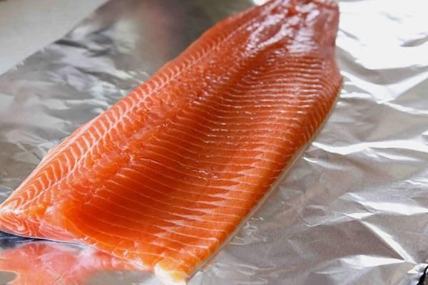 1. Классический рецепт семги на костре в фольге предполагает использование филе рыбы. При желании, конечно, можно таким же образом приготовить и стейки. Рыбу необходимо тщательно вымыть и удалить все косточки (удобно воспользоваться пинцетом или небольшими щипцами).