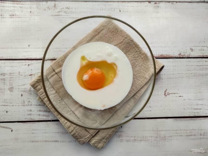 В отдельной емкости смешайте кефир, яйцо, добавьте соль и хорошо взбейте.