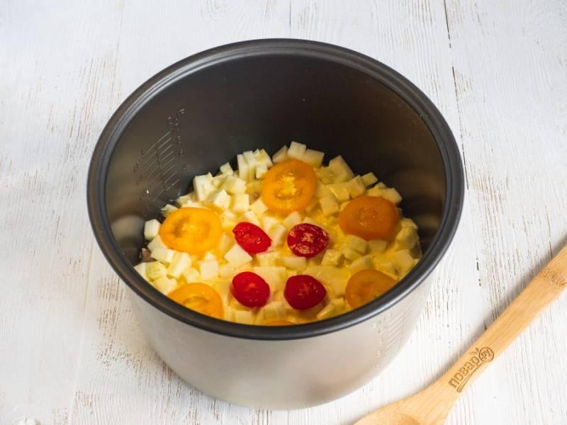 """Сверху выложите кружочки помидоров. Готовьте запеканку на режиме """"Выпечка"""" - 40 минут с закрытой крышкой мультиварки, но с открытым верхним клапаном, чтобы выходил пар и испарялась жидкость."""