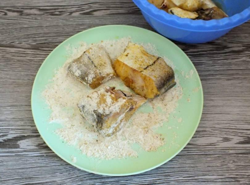 В тарелку насыпьте муку. Обваляйте в ней кусочки рыбы.