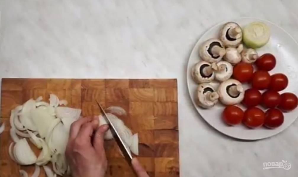 3. Приготовьте начинку: свинину отварите и пропустите через мясорубку. Лук нарежьте тонкими полукольцами, грибы – тонкими пластинками, помидоры – пополам. На разогретую сковороду добавьте сливочное масло.