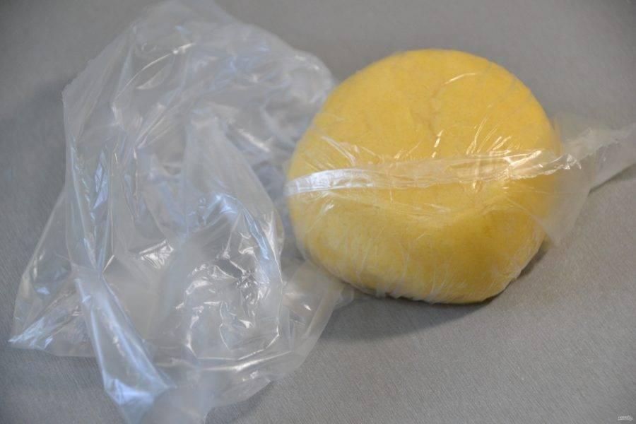 Собранное в шар тесто положите в пакет и уберите в холодильник на 30 минут.