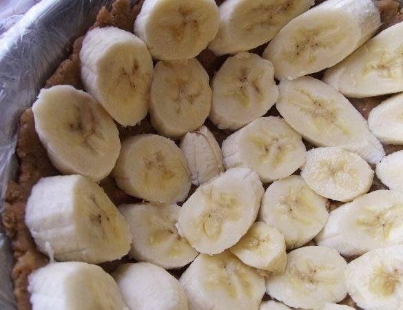 4. Бананы очистить и нарезать ломтиками (круглыми или немного с наклоном). Выложить по всей поверхности формы, включая бортики.