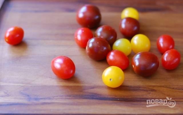 2. Помидорки вымойте и обсушите. Чтобы салат был более аппетитным, рекомендую использовать разные помидоры (можно взять не только черри, но и обычные).