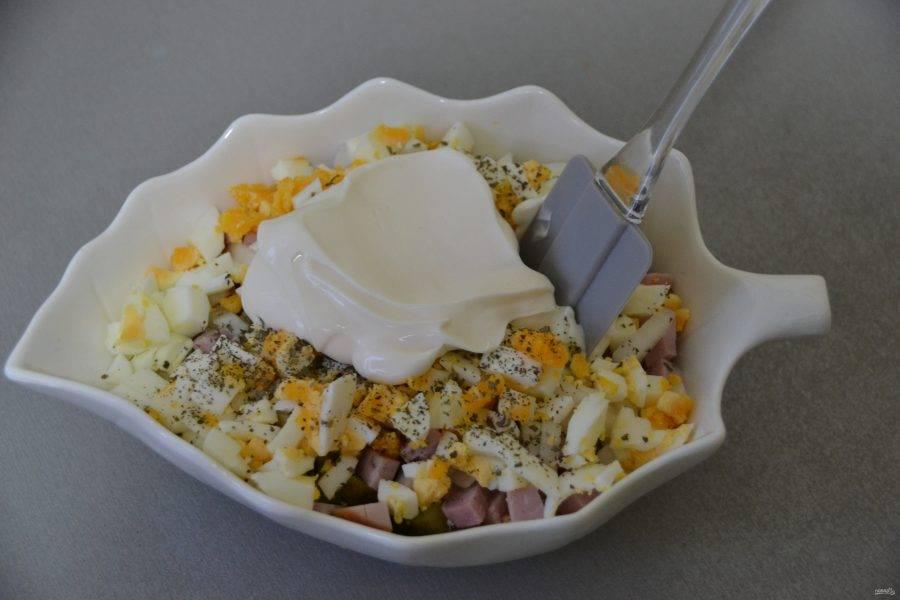 Заправьте салат майонезом, аккуратно перемешайте.