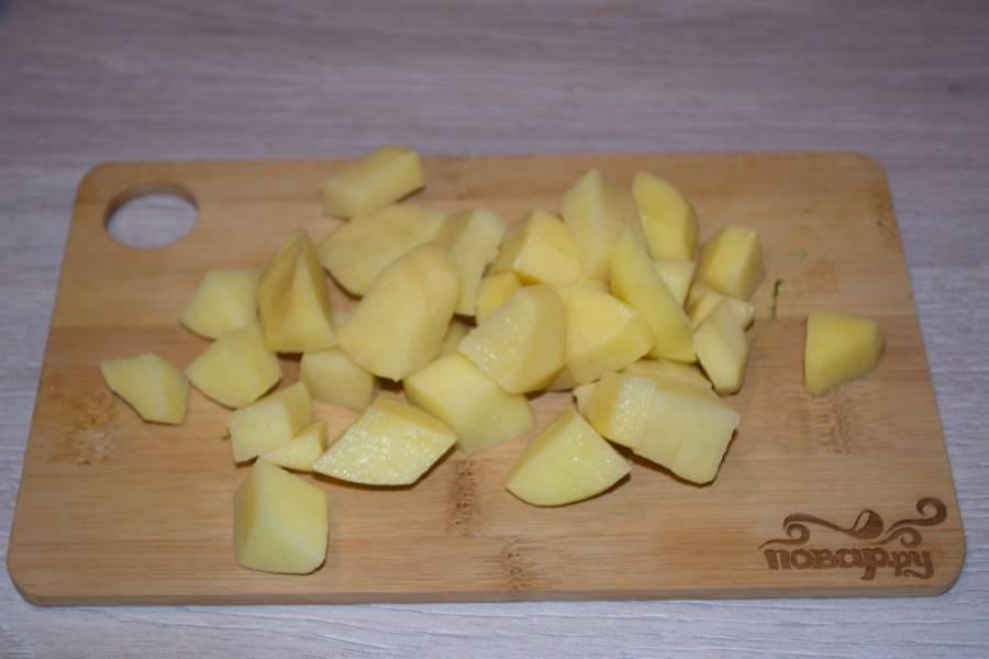8. Очищенный ранее картофель нарезаем на кубики.