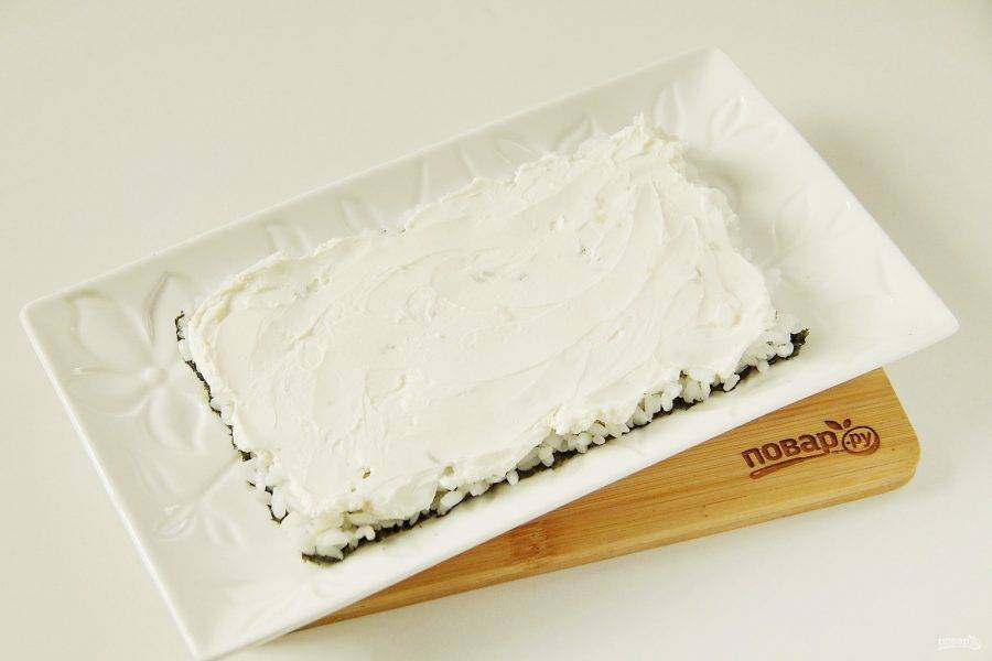 Смажьте рис сыром.