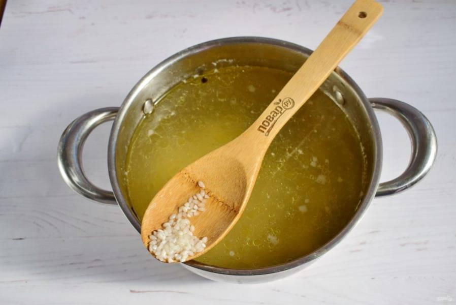 В бульон добавьте рис, варите до мягкости.