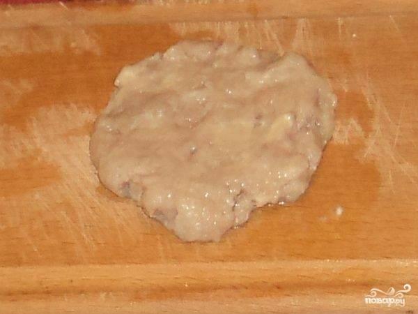 Смочить водой руки и доску. Разделить фарш порционно и из каждой порции следать лепешку.