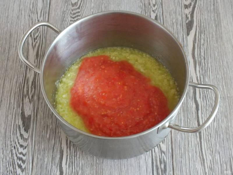 Измельчите в блендере помидоры, добавьте к кабачкам. Перемешайте. Проварите 10 минут.