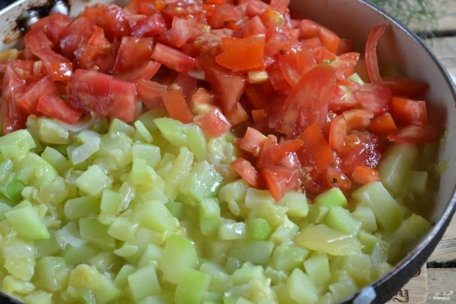 Потом добавьте помидоры, перец горошком, накройте крышкой и тушите на медленном огне ещё 10 минут.