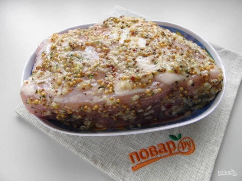 Натрите мясо равномерно со всех сторон ароматной массой. Заверните его в фольгу и отправьте в холодильник на 4-5 часов.