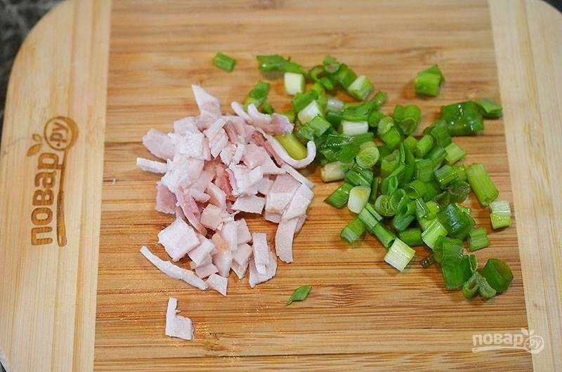 Зеленый лук и бекон нарежьте. Добавьте к картошке и всё перемешайте до однородности.