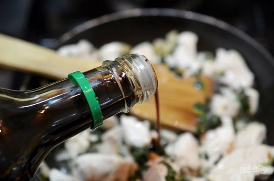 Добавьте соевый соус, накройте крышкой и тушите на небольшом огне минут 7.