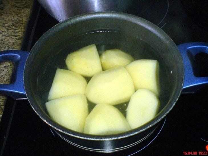 Варим картофель.