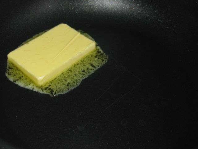 Разогреваем сковороду, растапливаем масло.