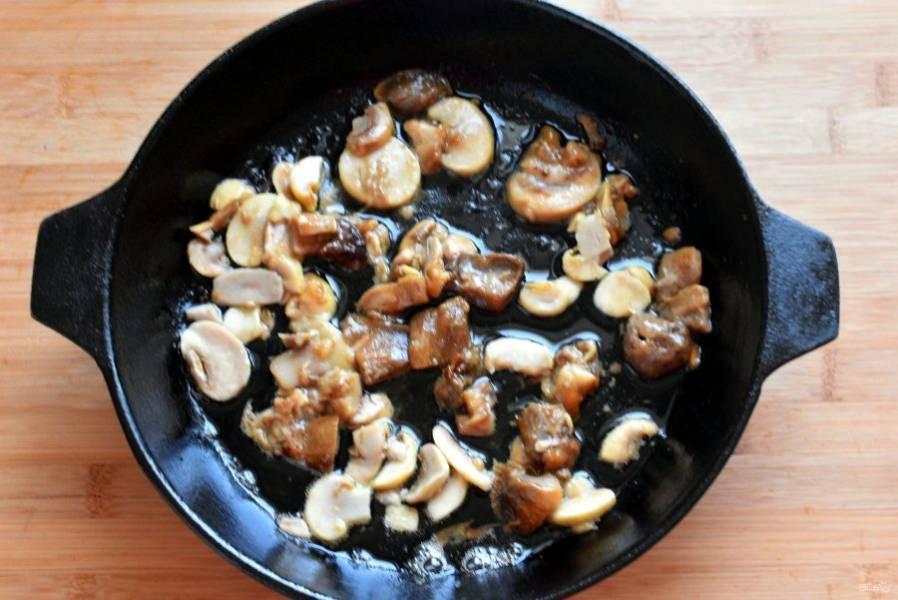 Уберите курицу в теплое место, а в сковороде обжарьте нарезанные грибы.