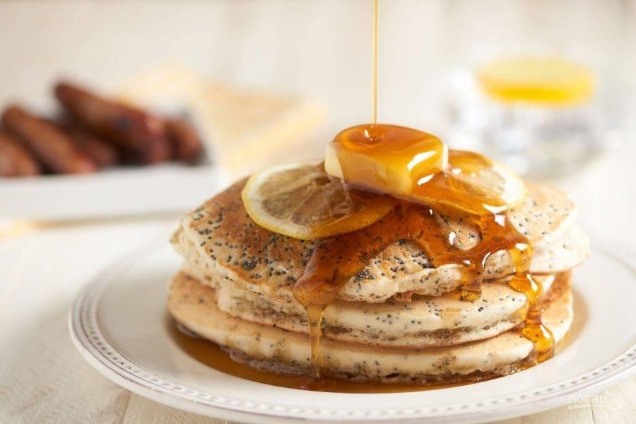 4. Подавайте панкейки с сиропом и маслом. Вкусного завтрака!