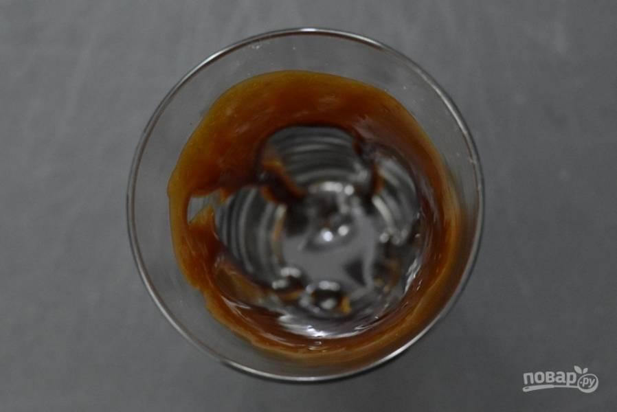4. В стакан налейте шоколадный сироп, распределите его равномерно по стенкам.