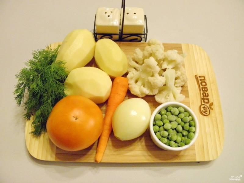 Подготовьте овощи для супа. Все вымойте и очистите. Воду вскипятите. Посолите по вкусу. С помидора обязательно снимите кожуру.