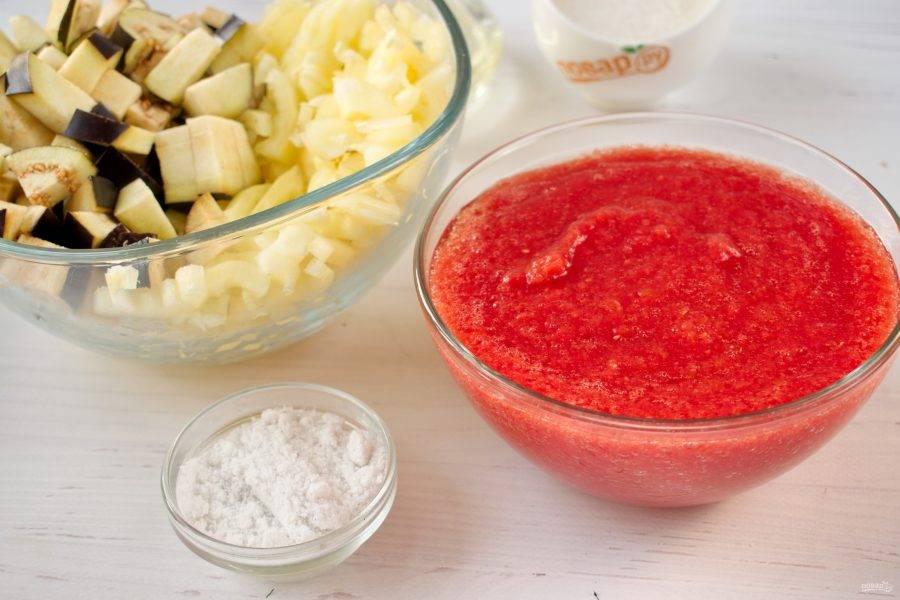 Баклажаны нарежьте кубиками средней величины. Болгарский перец - соломкой. Помидоры, чеснок и острый перец прокрутите через мясорубку. Добавьте в томатный сок сахар, соль, масло. Доведите до кипения.