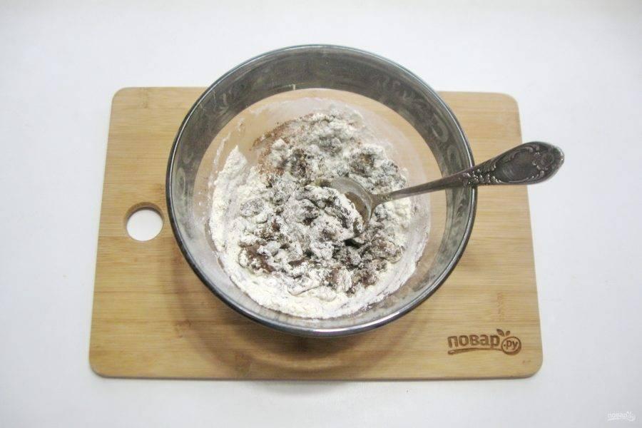 Перемешайте муку, какао и сливочное масло.