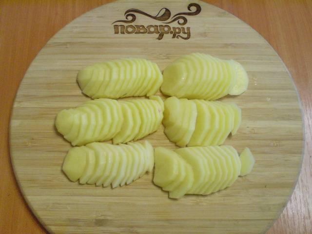 Очистите картофель и порежьте его тонкими кружочками или полукружочками.