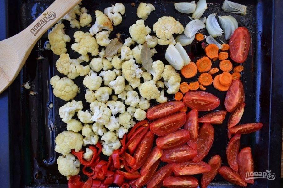 Овощи нарежьте крупными ломтиками, цветную капусту разберите на соцветия. Выложите овощи на противень, посолите, поперчите, полейте маслом и поставьте запекаться в разогретую до 180 °C духовку на 30 минут.