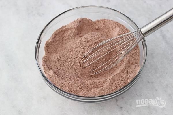 4. Для приготовления коржа для начала соедините все сухие ингредиенты (просеянную муку, какао, соду, разрыхлитель, соль и сахар). Все тщательно перемешайте. Духовку параллельно разогрейте до 180 градусов.