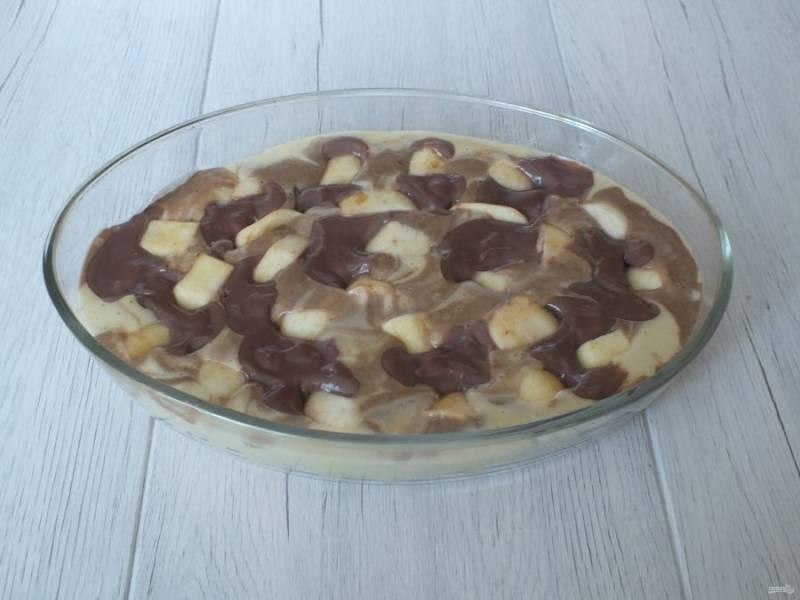 Разложите пна тесто яблочные дольки, вдавливая в тесто. Поставьте пирог в разогретую духовку и выпекайте 40-45 минут. Готовность проверьте деревянной палочкой.