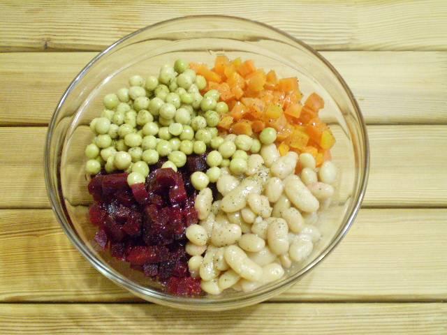 4. В салатник кладем свеклу, морковь, горошек консервированный, фасоль вареную, соль, перец черный молотый и пару ложек оливкового масла.