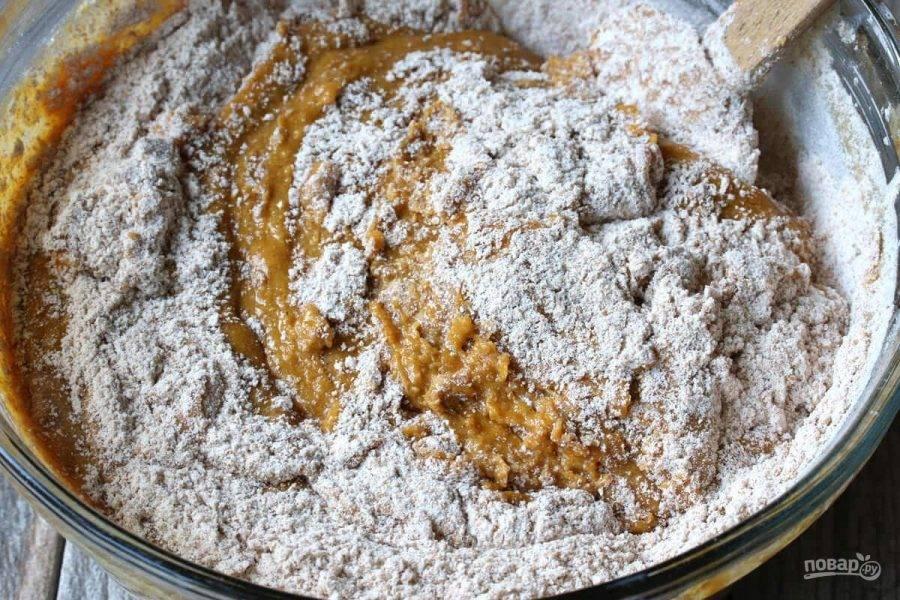 6.Добавьте оставшуюся половину сухих ингредиентов, затем кефир или пахту.